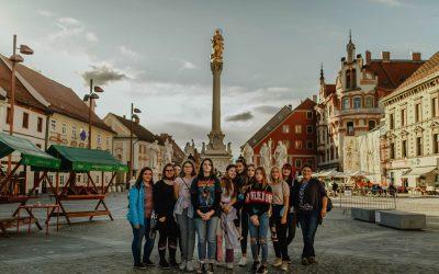 5.A in 5.B vzgojna skupina na sprehodu po Mariboru in ogledu razstave 'Črte' v Vitrinjskem dvoru